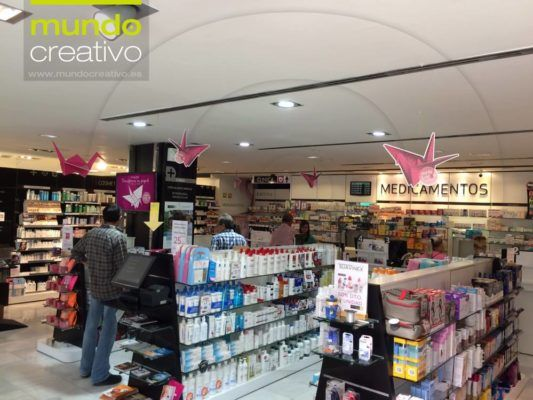 Decoración interior farmacia - campaña grullas